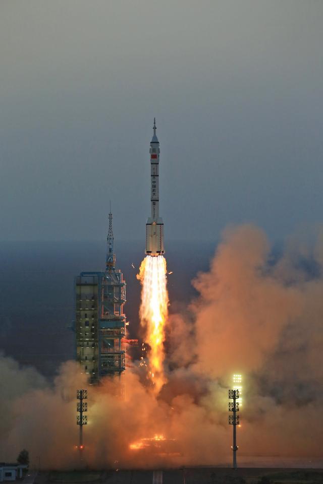 """중국 선저우 11호 발사 성공…시진핑 축전 """"우주강국 건설하자"""""""