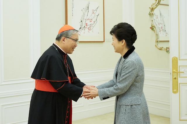 """박근혜 대통령 """"사이비 종교소문 사실 아냐""""…종교계 의견청취"""