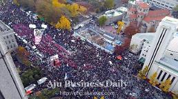 .[UPDATES] Huge candle-lit rally demanding Parks resignation descends in central Seoul.
