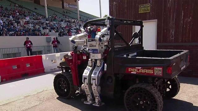 KAIST의 지능형 로봇, 미래부 장관 태운 전기차 운전한다