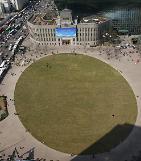 .首尔市厅广场滑冰场今冬不开放 .