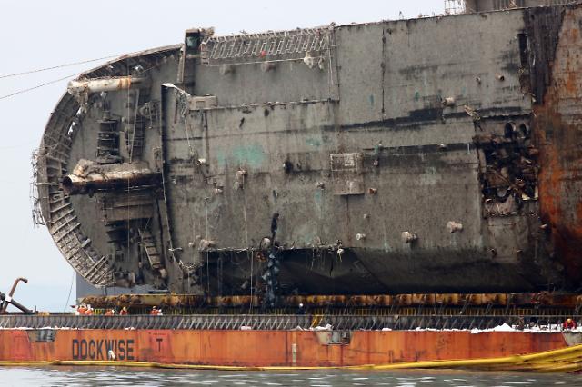 세월호 완전 부양,외부 충격 흔적 없어..자로의 잠수함 충돌 가능성 제기 재주목