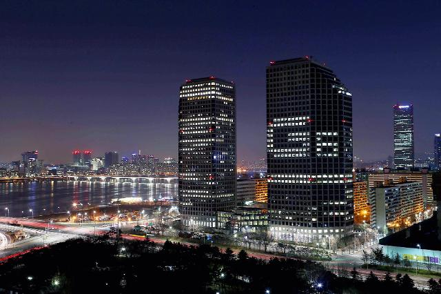 [PHOTO NEWS]  LGs main building in Seoul wears a lighting ad
