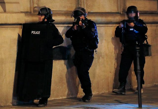 대선 앞 파리 샹젤리제 거리 총격전 경찰1명·용의자 사망…IS 배후 자처