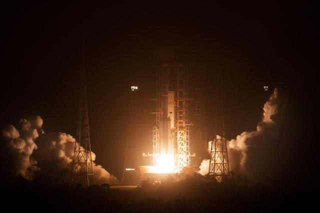"""하늘로 발사된 중국 첫 화물우주선…""""우주정거장 시대 열릴 것"""""""