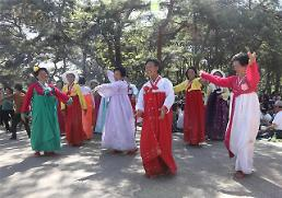 .[GLOBAL PHOTO] N. Korean women celebrate Labor Day.