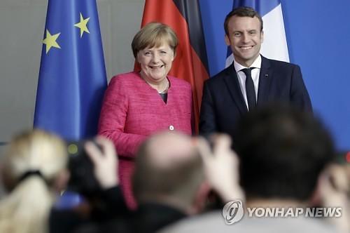 """[글로벌포토] """"유럽 더 단단하게""""..밝은 표정의 독일ㆍ프랑스 정상"""