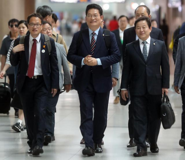 韩总统特使宋永吉启程访俄