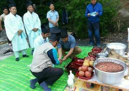 .[PHOTO] Rain-thirsty S. Koreans perform rain calling rituals .