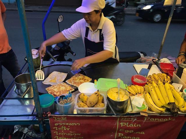 [AJU VIDEO] 芭提雅的街边小吃:超好吃的香蕉煎饼