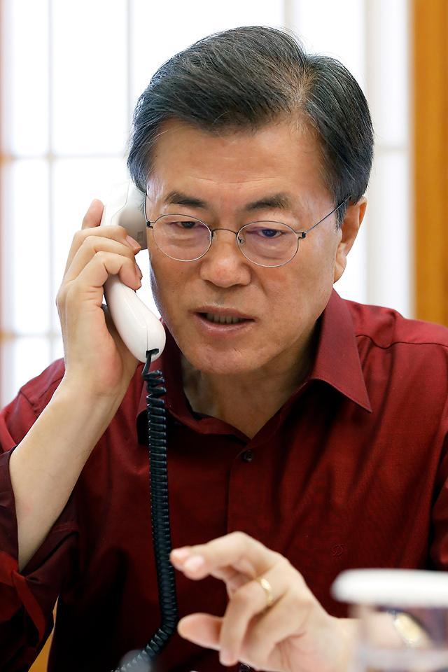 """한·미정상 25분 전화통화…""""더 강한 對北 제재로 압박"""""""