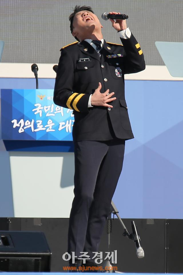 [AJU PHOTO] 열창하는 김준수 (72주년 경찰의 날)