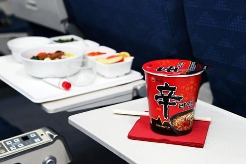 韩国拉面已成人气机内餐 20家外航提供辛拉面
