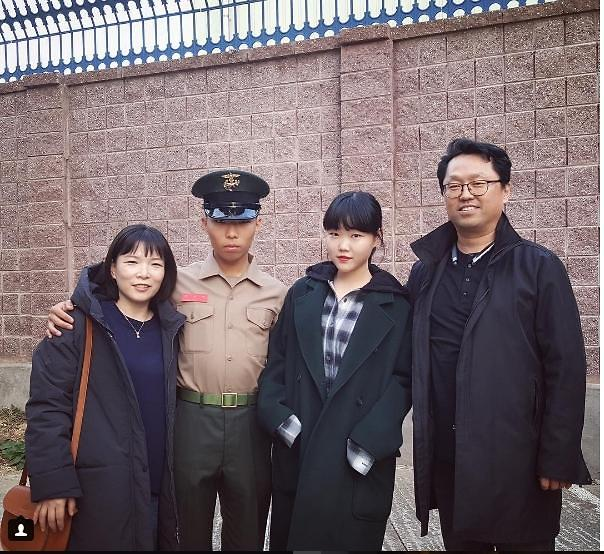 Akdong Musicians Lee Chan-hyuk completes Marine training
