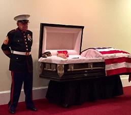 .83-year-old Vietnam War veteran stands guard over fellow Marines casket in Dress Blues to keep the promise.