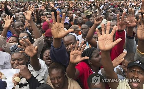 """""""독재 끝!""""..짐바브웨 주민들 무가베 퇴진 시위"""