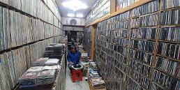 [FEATURE] Resurging popularity of vinyl LPs faces abrupt halt in S. Korea