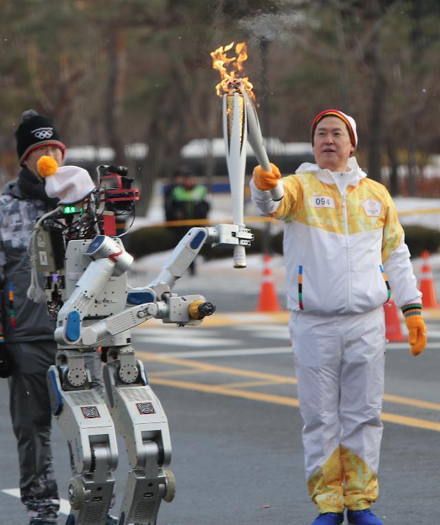 韩首创机器人传递圣火