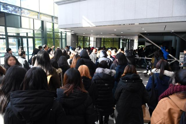 Fans visit funeral hall to mourn Jonghyuns shocking suicide