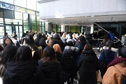 .Fans visit funeral hall to mourn Jonghyuns shocking suicide  .