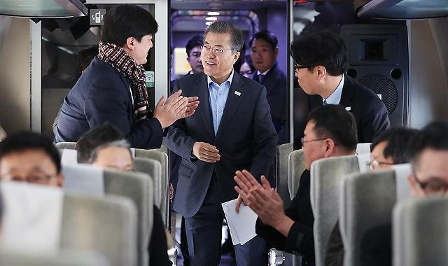 """Presidential """"Train One"""" makes first public appearance in S. Korea"""