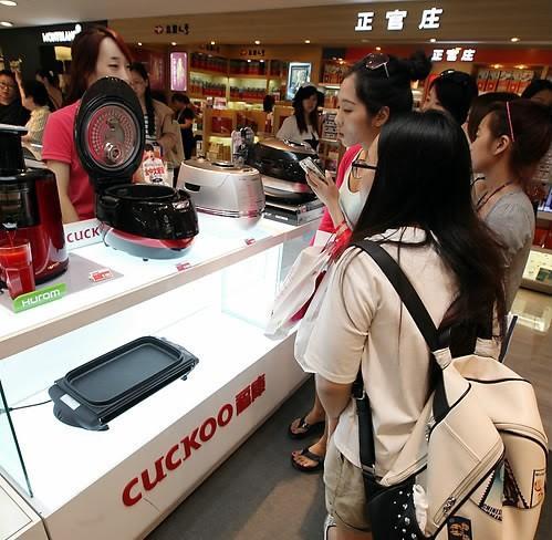 外国人购物即时退税消费额上限升至1800余元