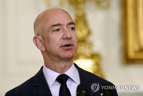 아마존 CEO 제프 베조스, 빌 게이츠 제치고 역대 최고 부자 등극