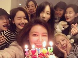 .少女时代8人合体 为成员秀英庆生.