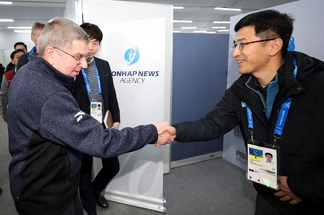 国际奥委会主席巴赫走访韩联社冬奥办公区