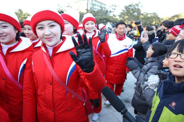 朝鲜啦啦队忙里偷闲去看海 当地民众疯狂打call