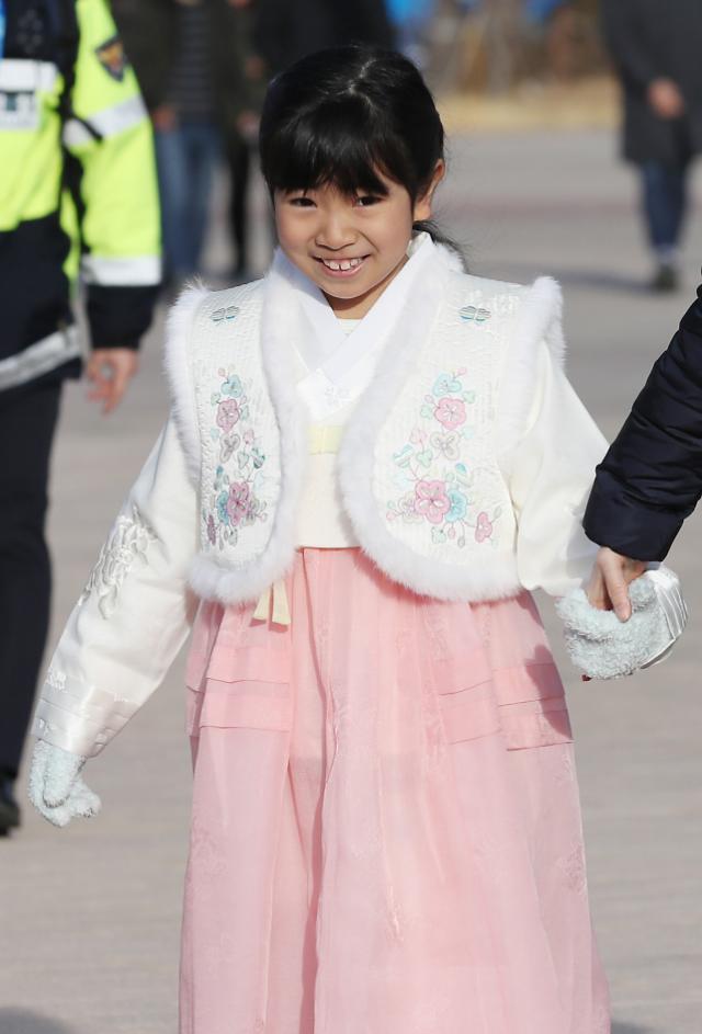 过年好~~韩国小朋友穿韩服观看比赛