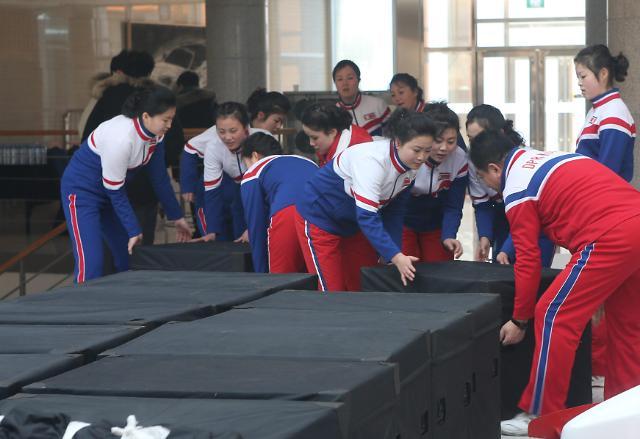 搬运行李的朝鲜啦啦队员