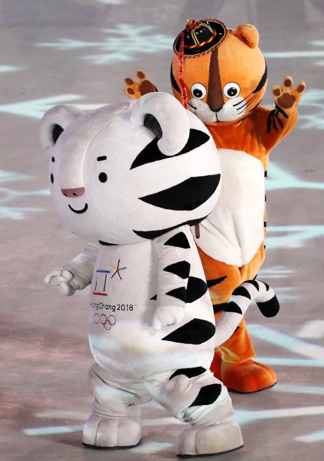 韩国两届奥运会吉祥物亮相闭幕式