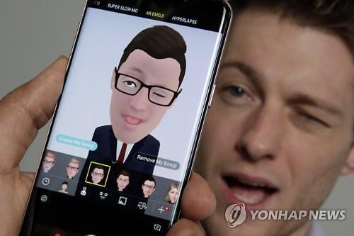 """외신 """"갤럭시 S9, 슈퍼 카메라 기능 뛰어나""""...디자인·이모지는 평가 엇갈려"""