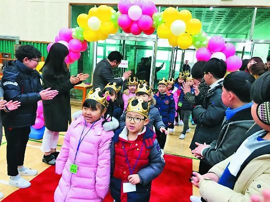 韩国校园独特开学典礼吸引眼球 走红毯变魔术送礼物个性十足