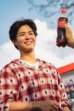 .可口可乐发朴宝剑金世正广告幕后照 漫步花路沐浴温暖春光.
