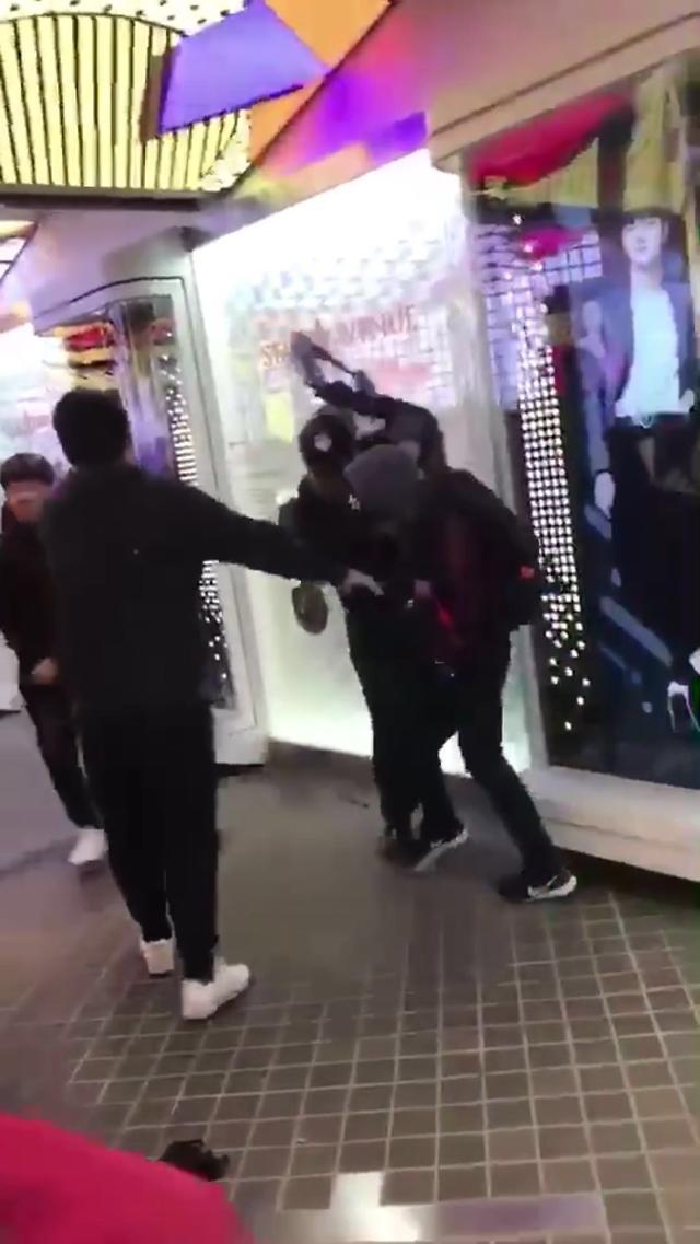 [AJU VIDEO] 实拍中国人在乐天免税店门口互殴