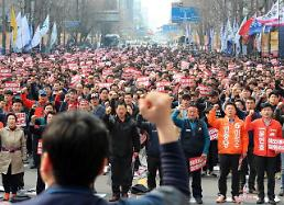 .[FOCUS] Union militancy puts President Moons labor policy into fix.