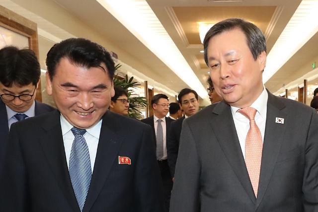 韩国艺术团和跆拳道示范团抵达平壤 朝方热情迎接