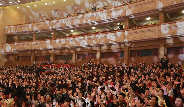 韩朝艺术团今日在平壤举行联合演出