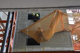 Safety net stops construction workers plunge from 27th floor