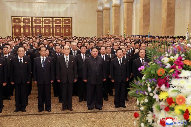북한, 김일성 생일 태양절 맞아 김정은 금수산궁전 참배 보도