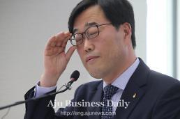 Top financial supervisor resigns over political donation