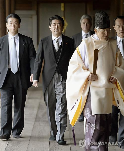 """외교부 """"아베 일본 총리 야스쿠니 공물봉납에 깊은 우려와 유감"""""""