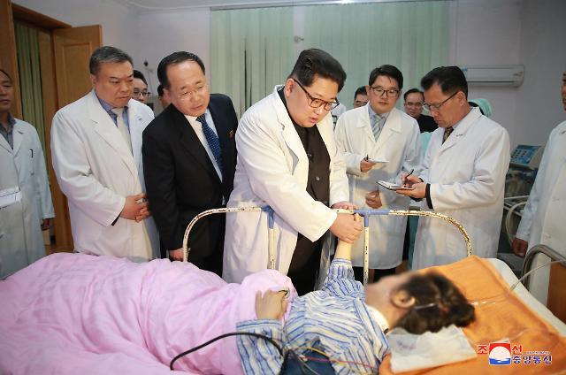 金正恩前往医院看望在朝鲜交通事故中受伤的中国游客