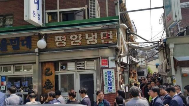 [SUMMIT] Summit-inspired S. Koreans flock to N. Korean noodle restaurants