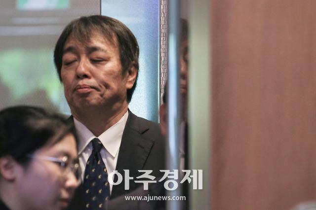 [포토] 눈감은 미즈시마 고이치 주한일본대사관 총괄공사