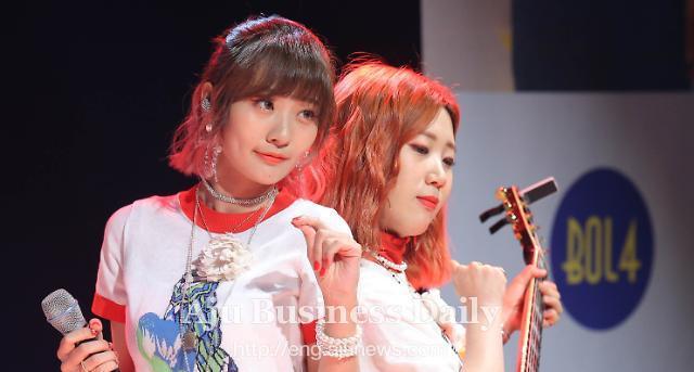 Rising female duo Bolbbalgan4 tops S. Korean music charts