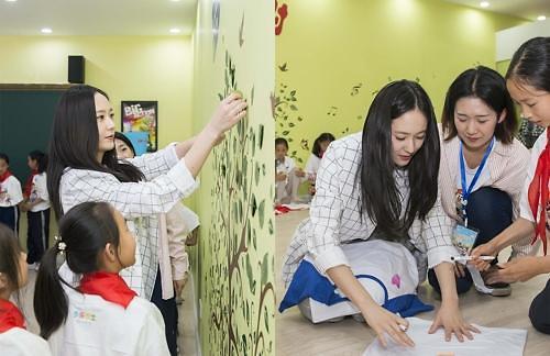 f(x)成员Krystal赴云南参加公益活动 与当地儿童共度美好时光