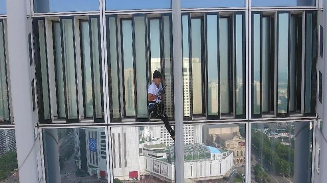 法国攀岩家徒手攀爬韩国乐天世界大厦被捕 他竟是为了……